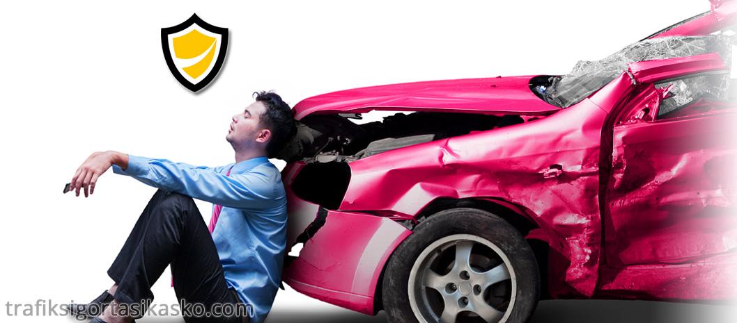 ikame araç, ikame araba, trafik kazası yapmış adam,